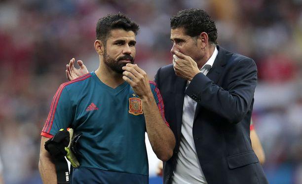 Diego Costa ja Fernando Hierro keskustelivat tiukasti ottelun jälkeen.