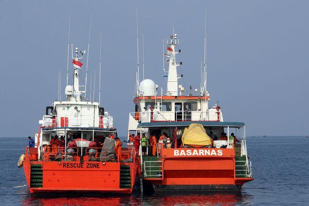Pelastuspartiot operoivat Jaavanmerellä.