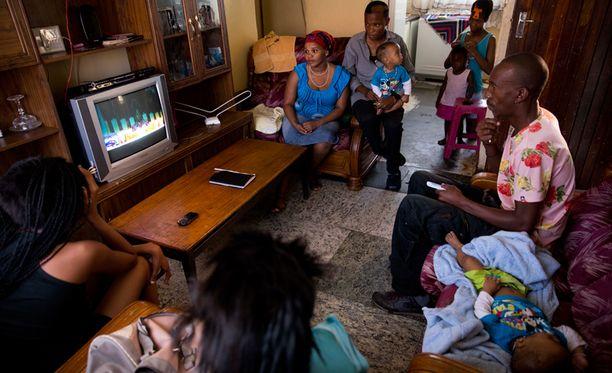Mandelan hautajaisia seurattiin televisiosta.