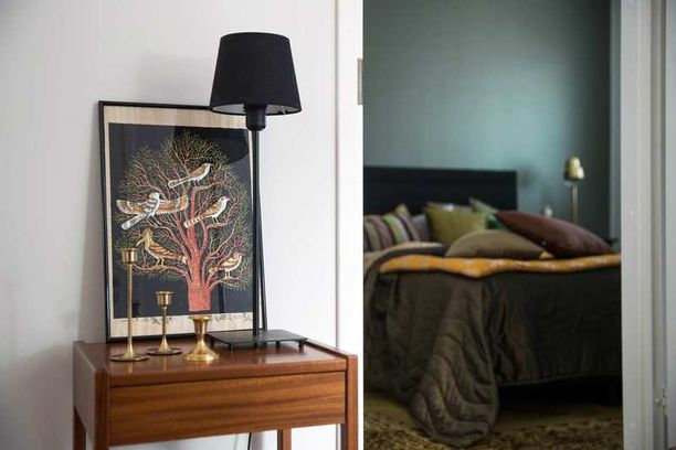 Makuuhuoneen rauhoittavan vihreää värimaailmaa piristää pilkahdus keltaista. Useita esillä olevia sisustustavaroita yhdistää lämmin messingin sävy.