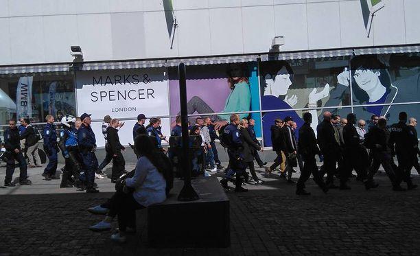 Suomen Vastarintaliikkeen mielenilmaus Jyväskylässä päättyi lauantaina väkivaltaisesti.