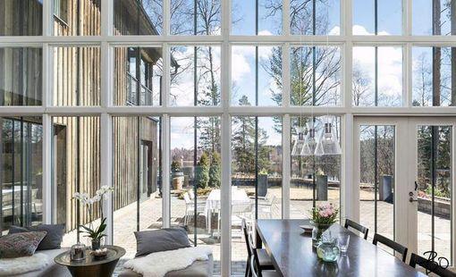 Isojen ikkunoiden kautta luonto tulee osaksi kotia.