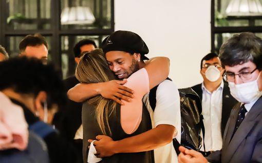Onnellinen kuva: Ronaldinho vapautui vankilasta - kotiarestiin pääsy maksoi maltaita