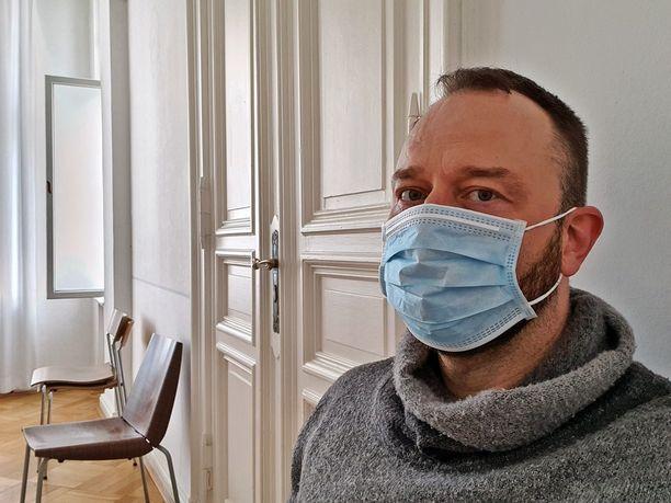 Kirurginmaskista on koronavirusepidemian aikana tullut tuttu näky myös Suomessa.