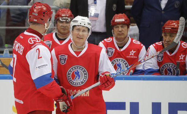 Vjatseslav Fetisov (2) kertoi opettaneensa presidentti Vladimir Putinin luistelemaan seitsemän vuotta sitten.