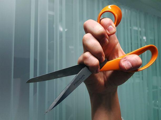 Mies sai viime hetkellä suojattua kasvonsa ja lyötyä sakset naisen kädestä.