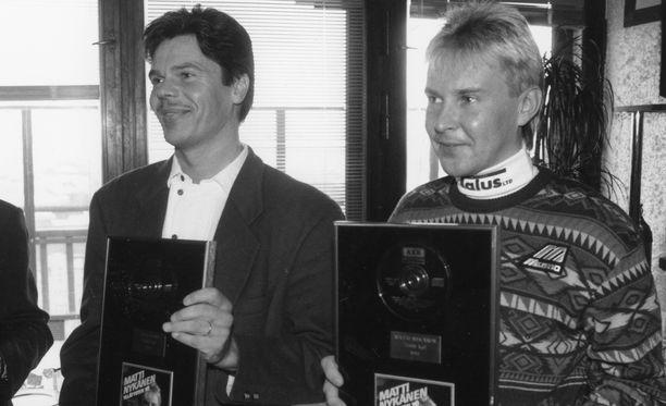 Jussi Niemi ja Matti Nykänen kultalevyt käsissään helmikuussa 1993.
