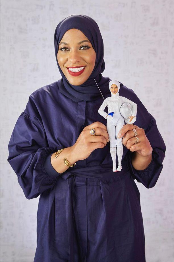 Ibtihaj Muhammad piteli tänään New Yorkissa kädessään ensimmäistä hijab-huivia käyttävää Barbie-nukkea.
