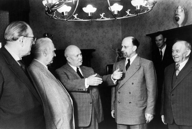 Saksan demokraattisen tasavallan (DDR) pääministeri Otto Grotewohl (vas.), DDR:n presidentti Wilhelm Pieck, Neuvostoliiton johtaja Nikita Hruštšov, Saksan sosialistisen yhtenäisyyspuolueen pääsihteeri Walter Ulbricht ja Otto Wille Kuusinen Berliinissä heinäkuussa 1958.