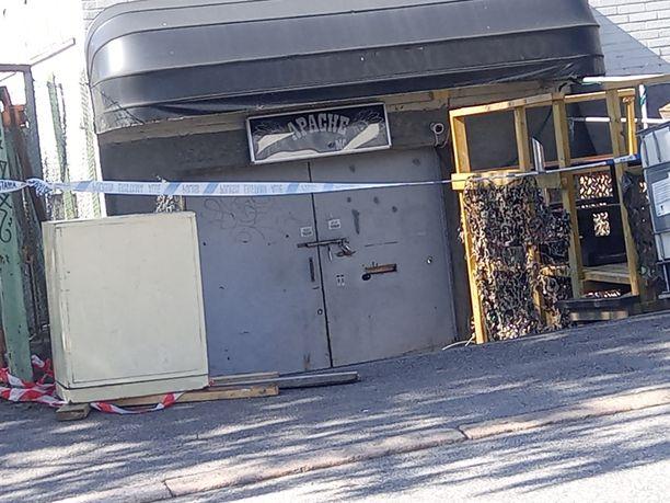 Poliisi tutki pitkään näitä tiloja Helsingin Metsälässä.