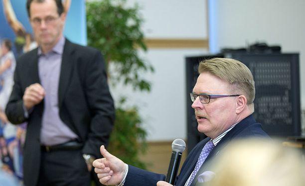 Invalidiliiton pääjohtaja Petri Pohjonen (oik.) huolestui kuullessaan SUL:n asettamasta omavastuumaksusta.