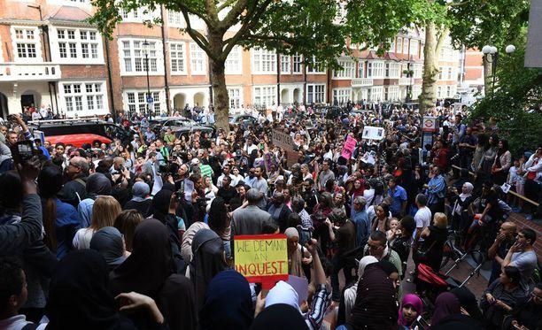 Vihaiset mielenosoittajat tunkeutuivat perjantaina kaupungintaloon Lontoon Kensingtonissa.