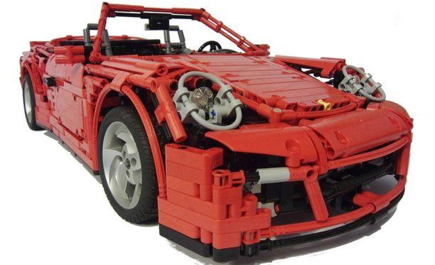Yli puolimetrinen pienoismalli koostuu lähes 3 500 Lego-palasesta.