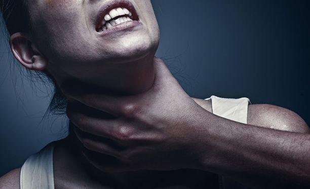 Nainen menetti tajuntansa, kun mies kuristi häntä. Sitä ennen vaimo oli lyönyt miestä kirveen hamaralla. Kuvituskuva.