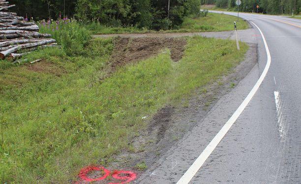 Auto ajautui vastaantulevien kaistan yli ojaan ja törmäsi tienpenkkaan, josta se sinkoutui takana näkyvään metsään.