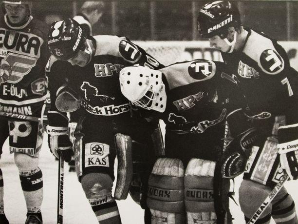 Mika Saarinen (vas.) ja Jarmo Vuorinen auttavat maalivahti Benoit Perreaultin kentältä marraskuussa 1983.