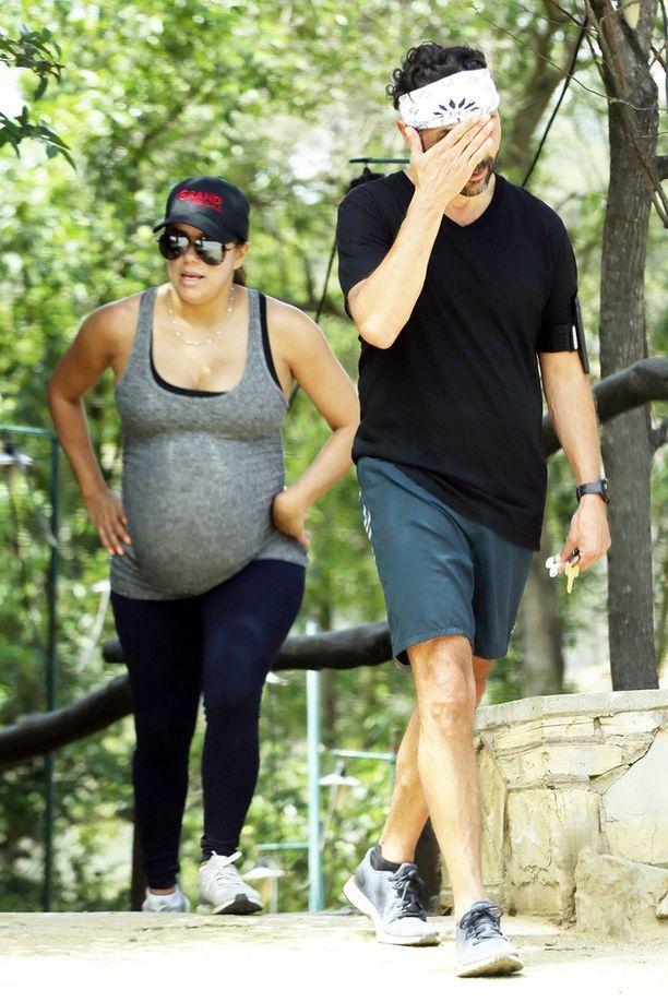 Eva ja hänen Jose-miehensä kävelivät luonnonpuistossa.