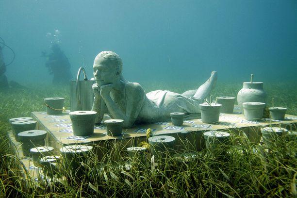 Näitä veistoksia pääsee ihmettelemään vain sukeltamalla. Niiden avulla halutaan houkutella sukeltajia pois haavoittuvilta koralliriutoilta.