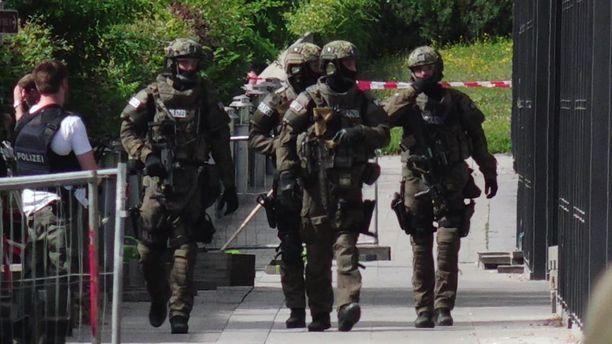Aseistautuneet saksalaispoliisit tarkistivat Unterföhringin aseman Münchenissä ampumavälikohtauksen jälkeen.