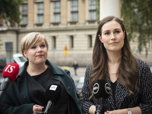 Tiede- ja kulttuuriministeri Annika Saarikko (kesk) ja pääministeri Sanna Marin (sd) kuvattuna hallituksen koronaneuvottelujen yhteydessä Säätytalolla syyskuussa.