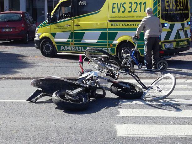 Onnettomuus sattui perjantaina iltapäivällä. Kuvassa törmäyksessä mukana olleet ajoneuvot.