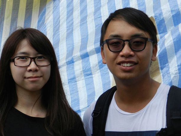 Rakennusalalla työskentelevä Chris (oik) oli saapunut heti aamusta tukemaan opiskelijoita kuultuuaan Mongkokin öisistä väkivaltaisuuksista.