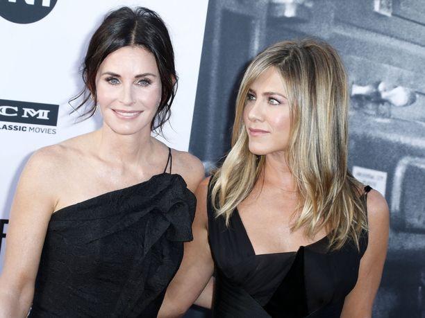 Courtney Cox ja Jennifer Aniston ovat pysyneet läheisissä väleissä vuonna 2004 päättyneen Frendit-menestyssarjan jälkeenkin. Kuva vuodelta 2018.