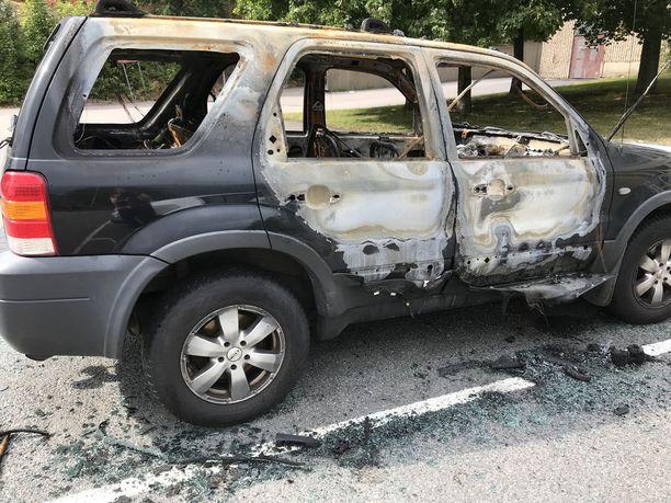 Hjällbossa poltettiin autoja maanantaina. Kaikkia autoja ei ollut keskiviikkona hinattu pois.