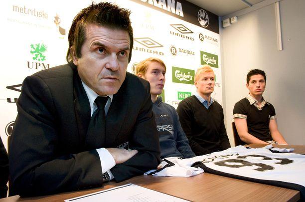 Sedu Koskinen esitteli Hakan tuoreet vahvistukset Jaakko Juutin, Toni Kuivaston ja Xhevdet Gelan helmikuussa 2010.