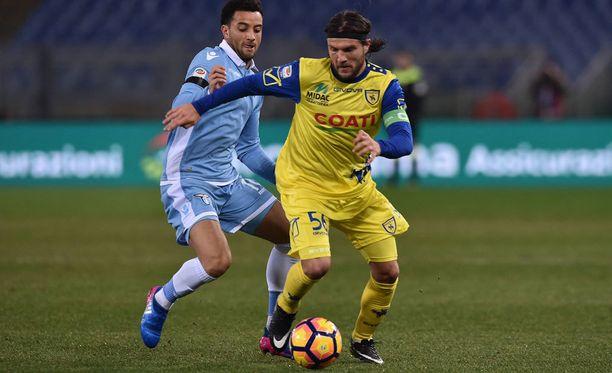 Chievon kapteeni Perparim Hetemaj piti Lazion takanaan.