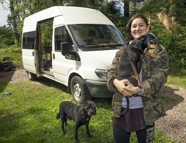 Minna Kulmala rakentaa parhaillaan lapsuudenmaisemissaan Pornaisissa uutta pakettiautoa kodiksi itselleen ja koirilleen.