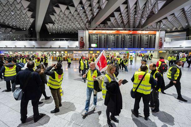 Turvallisuustyöntekijät lakkoilivat Frankfurtin lentoaseman ykkösterminaalissa tiistaina.