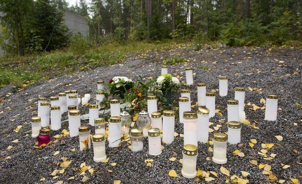 Kiinalaisnaisen surmapaikalle tuotiin kynttilöitä syyskuussa 2011.