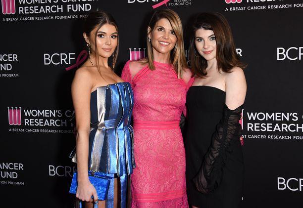 Vasemmalla Olivia Giannulli, keskellä Lori Loughlin ja oikealla Isabella Rose Giannulli.