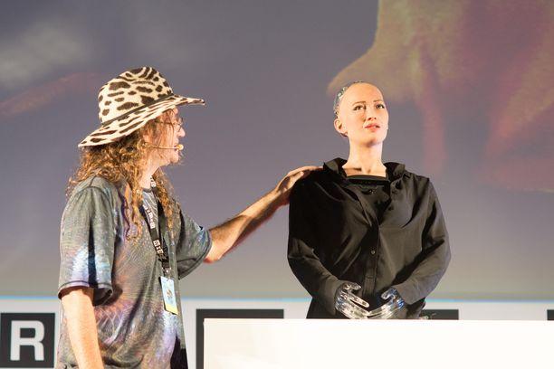 SingularityNETin perustaja Ben Goertzel haastatteli Sophia-robottia.