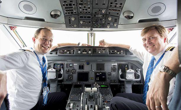 Kuningas (oik.) työskentelee yleensä kakkospilottina. Kuvan julkaisi lentoyhtiö KLM keskiviikkona.