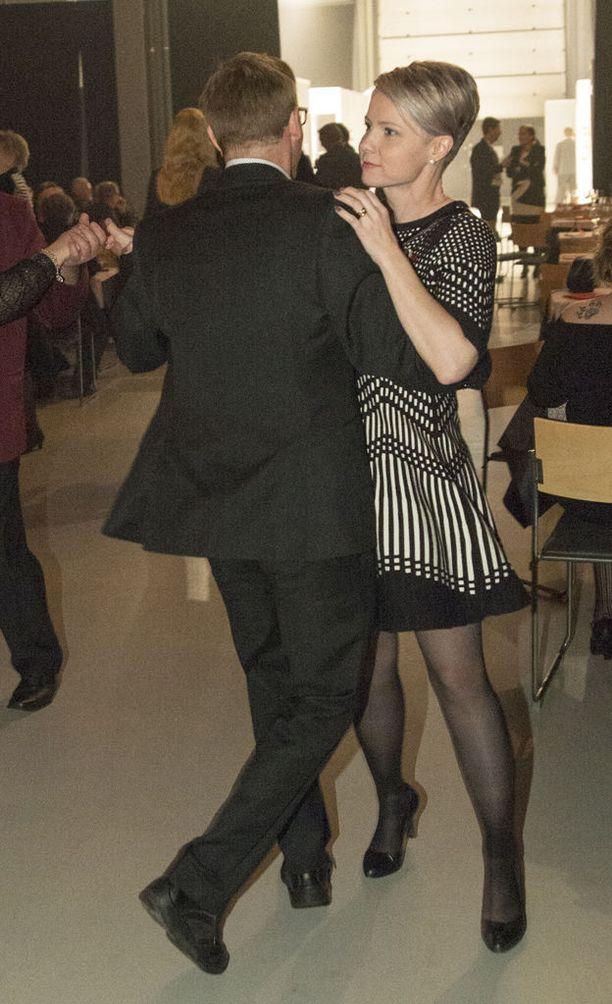 Heta Ravolainen-Rinne vieraili tanssilattialla Lahden puoluekokouksen iltajuhlassa.