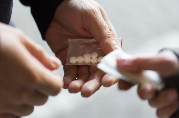 Turussa työskentelevän terveydenhoitajan näkemyksen mukaan huumeidenkäyttö on lisääntynyt viime vuosina, varsinkin nuorten ja alaikäisten keskuudessa. Ilmiö alkoi jo ennen koronaa. Kuvituskuva.