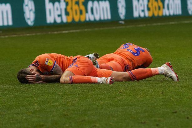 Joe Bennett ja Junior Hoilett jäivät makaamaan tuskaisina kentälle.