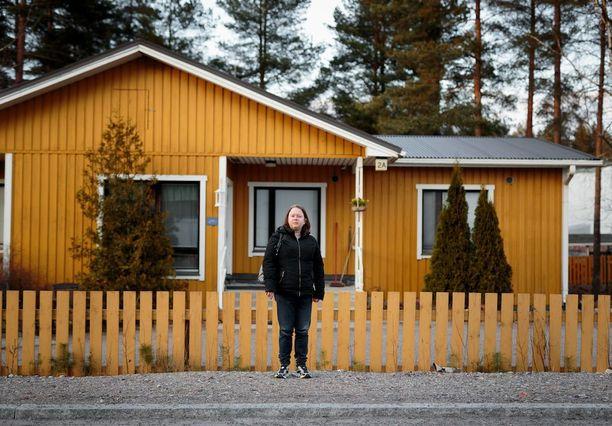 Krista asuu väliaikaisesti hyvinkääläisessä Mäntylän asuntolassa, joka tarjoaa paikan 28:lle päihteistä vapaalle asukkaalle. Huoneen hintaan kuuluu lämmin ruoka, liinavaatteet ja pesutarpeet.