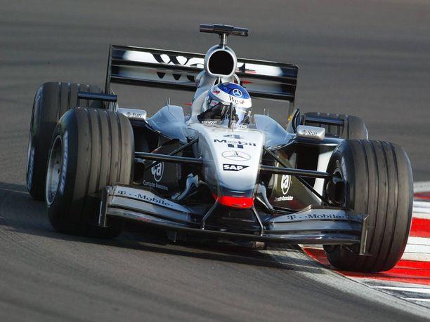 Tämä F1-auto huutokaupataan perjantaina Sveitsissä. Kimi Räikkönen ajoi sillä ensimmäisen kisan Nürburgringillä kesäkuussa 2002.