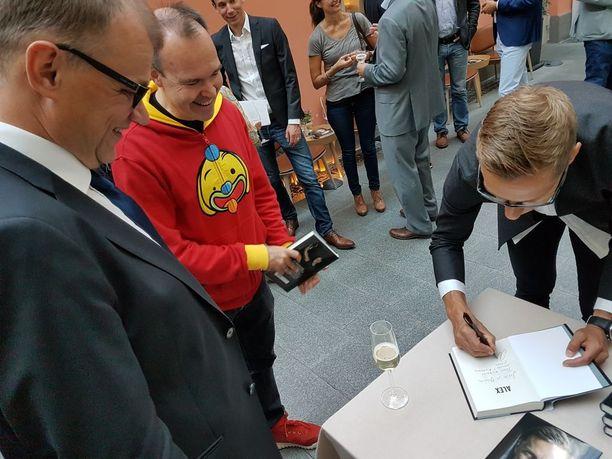 Pääministeri Juha Sipilä ja Roviossa aiemmin vaikuttanut Peter Vesterbacka hakivat omistuskirjoitukset Alexander Stubbilta tämän elämäkertakirjaan.