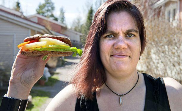 Kun muut tilaavat hampurilaisen, Kirsi Löppönen vaihtaa pihvin ananakseen.