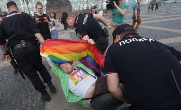 Venäjän poliisi otti kiinni sateenkaariaktivisteja lauantaina Pietarissa.