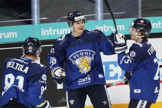 Vili Saarijärvi (kesk.) ratkaisi voiton Suomelle voittomaalikilpailussa. Saarijärvi onnistui myös ylivoimalla.