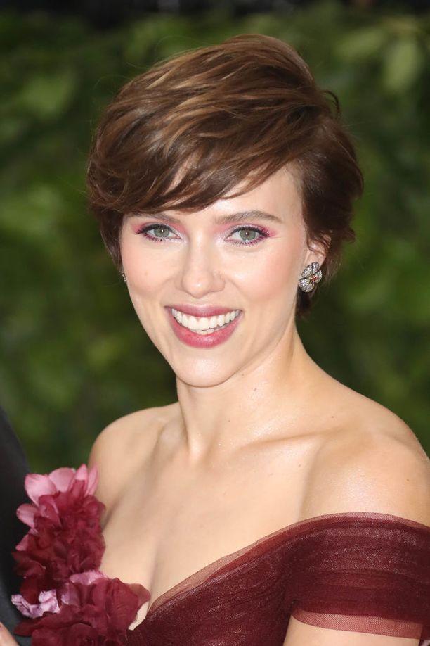 Scarlett Johansson näyttelee Rub & Tugissa Jean Marie Gilliä, joka pyöritti 1970- ja 1980-luvulla Pittsburgissa monenlaisia hämäräbisneksiä.