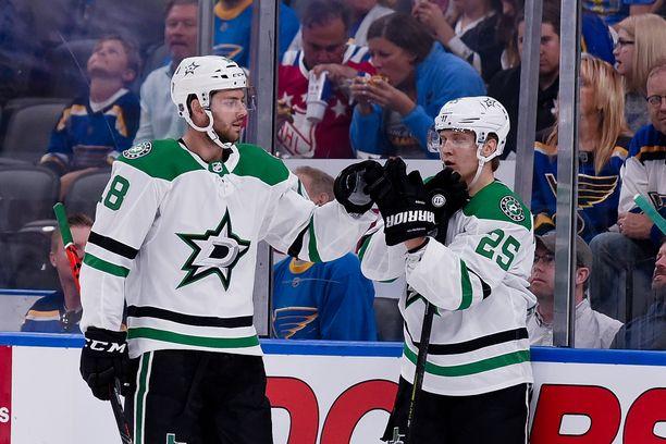 Joel Kiviranta (kuvassa oikealla) osui kahdeksannessa NHL-pelissään.