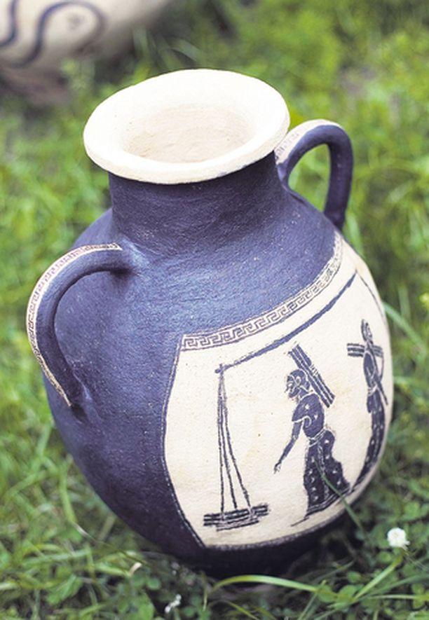 Saija rakastaa nostalgisia aiheita. Nämä kreikkalaishenkiset ruukut ovat Saijan päättötöitä.