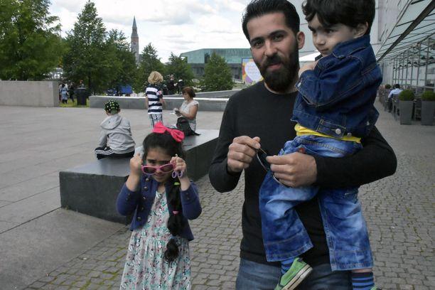 Olan tytär Jana, mies Ahmed ja poika Ali viihtyvät hyvin Joensuussa, mutta Helsingissä on mukava vierailla ystävien luona.