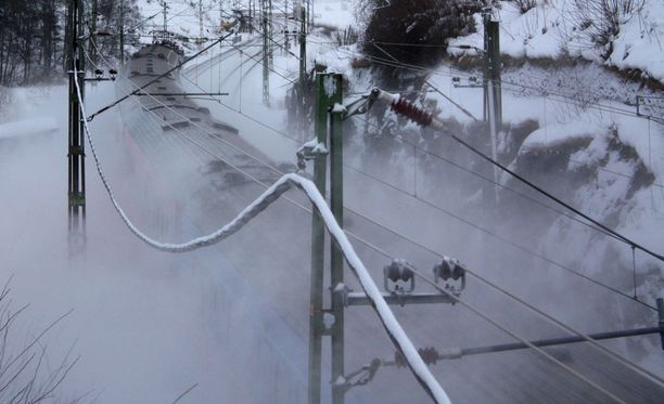 Tiistaina alkava lumipyry vaikuttaa tie- ja raideliikenteeseen.